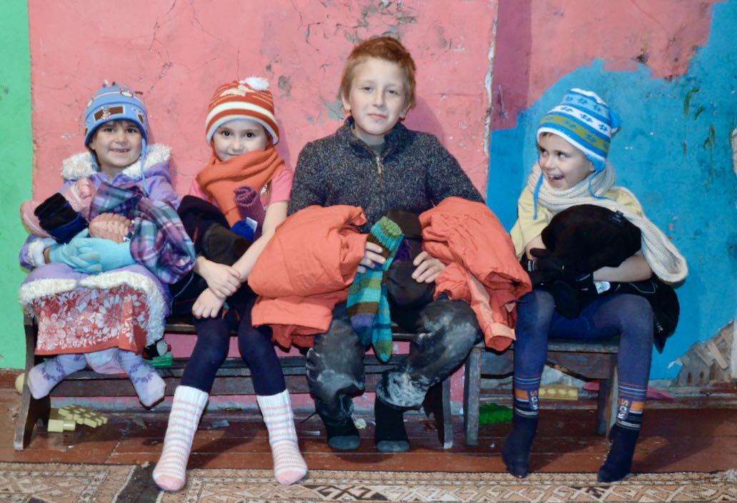 Barnen har fått varma kläder, mössor, vanta, stickade strumpor...
