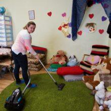 Husmor Tanja städar lekrummet varje dag