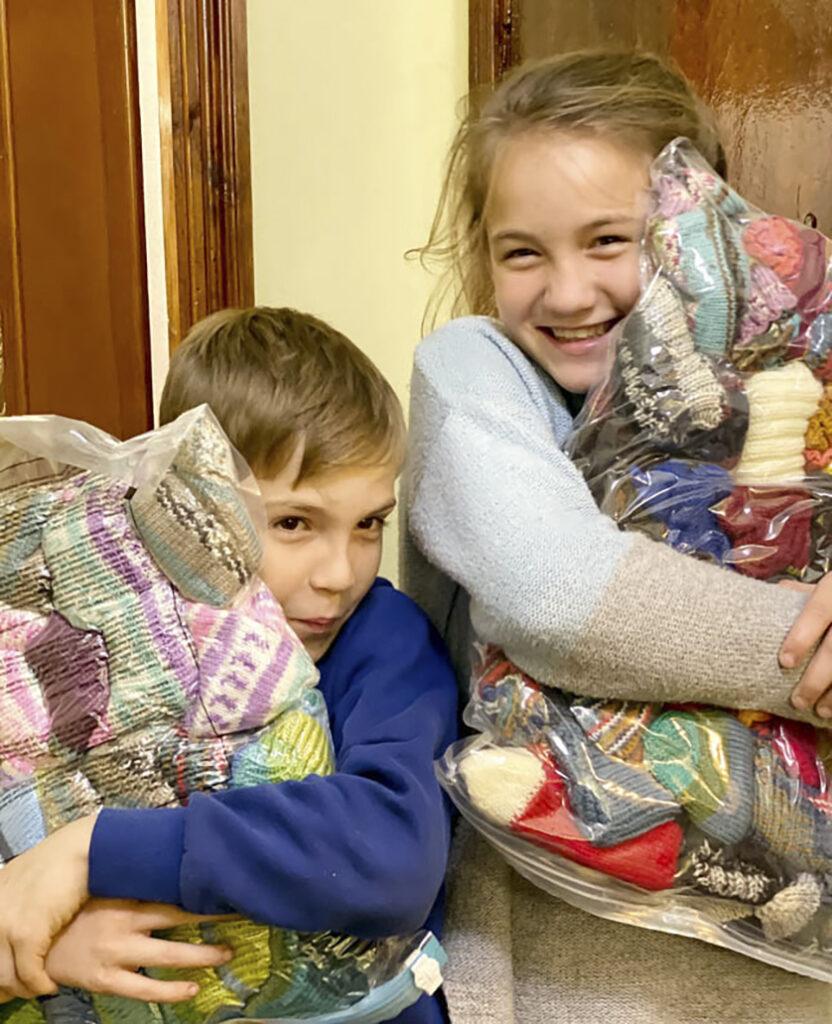 Varma stickade strumpor har anlänt i Vännernas hus. Insamlingen varm vinter pågår