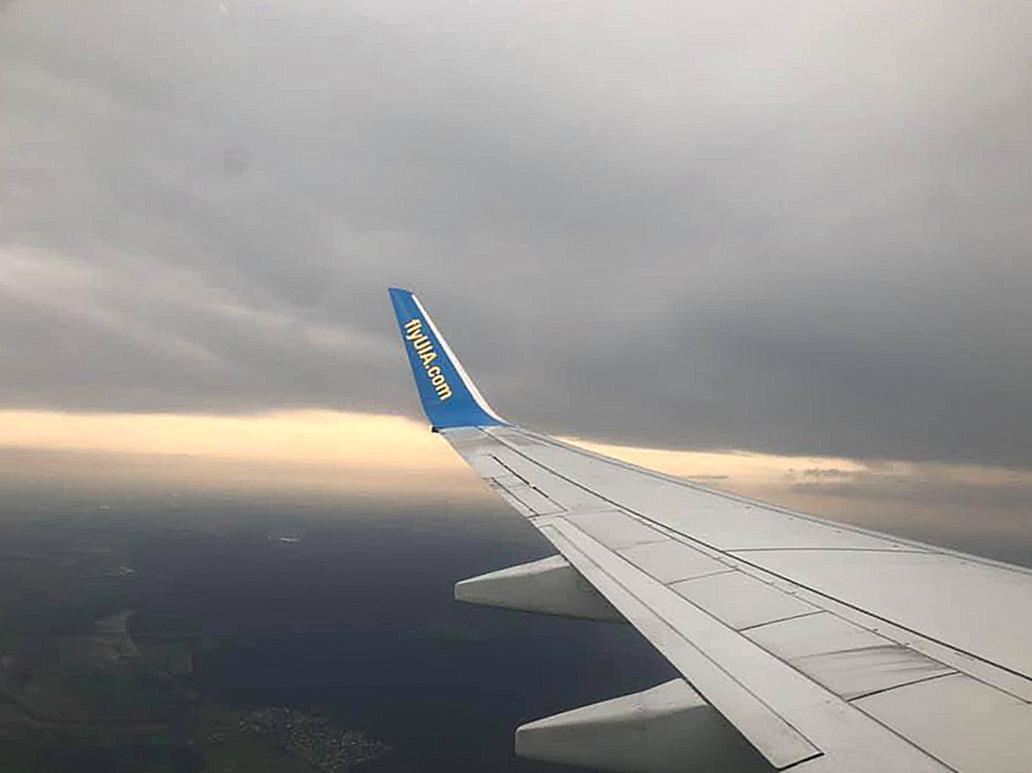 Nu flyger Boas och Mirjam till Ukraina. Resväskorna fulla av stickade strumpor, mössor... och massor av kläder och skor. Tack alla som har varit med och gett och bett.