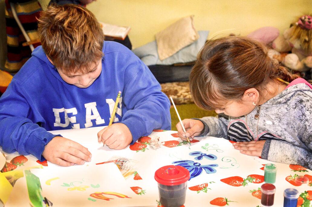 Barnensom besöker Vännernas Hus får lära sig om Petrykivka konst målningen.