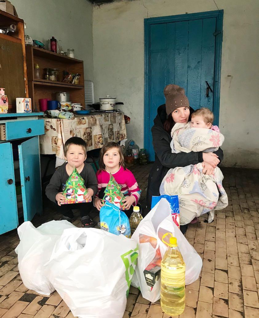 Vilken glädje det var. för. familjerna att få matvaror och små gåvor till barnen.